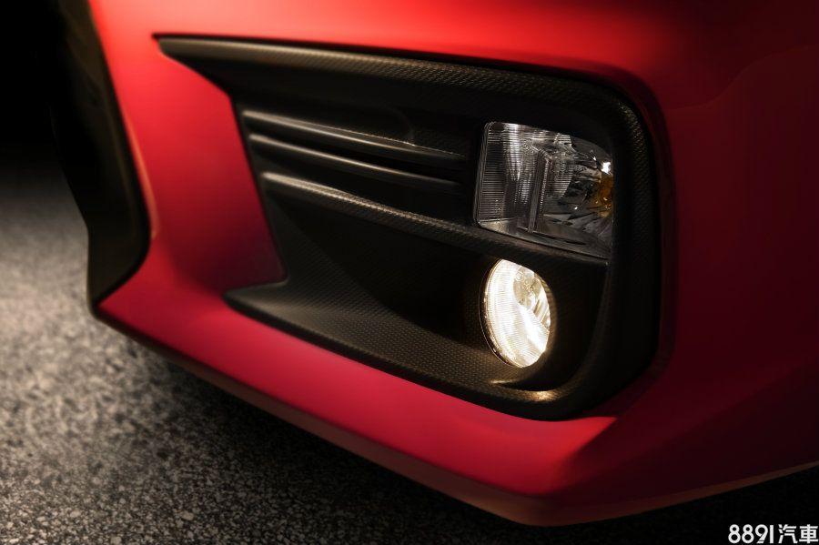 紅色車款為一般的WRX版本,前霧燈燈座上採用類碳纖維紋路的設計,ㄈ字形造型依舊保留下來,但新版本造型有所小修改,看起來更有立體感。