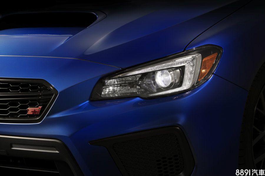 藍色車為性能的STi版本,配置LED頭燈看起來相當有質感,而前霧燈處與紅車一般版為外觀最大不同的地方。