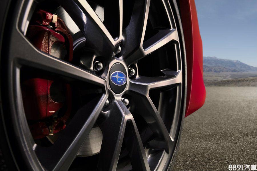 另外圈胎與剎車系統兩款呈現風格也不同,一般版採用前後配型式,前輪尺碼為235/45R17、後為245/40R18,鋁圈外觀為五幅放射狀造型,剎車系統配置德國JURID來令片。