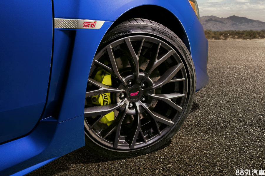 WRX STi則是採用245/35R19規格配胎,鋁圈為多爪式造型,視覺較有放大延伸的感受,剎車系統則是前方配置Brembo六活塞卡鉗,還特別刻上STi專屬性能版的字樣。
