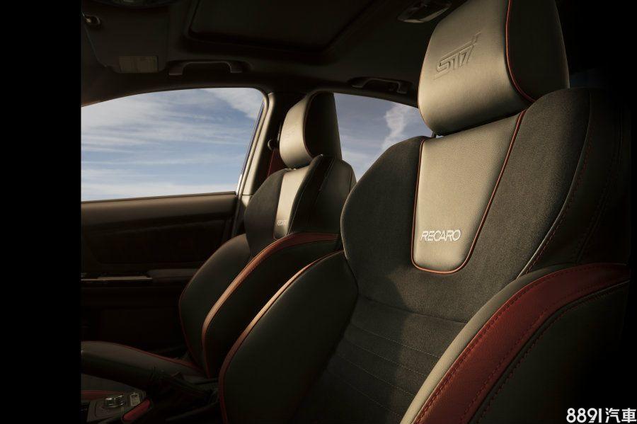 座艙風格兩者並無太大不同,最大差異之處在於STi版在多處採用顯眼的紅色車縫線與印上STi字樣的座椅來強調濃厚性能風格,兩款都是採用Recaro可電動調整的賽車座椅,在激烈操駕時可提高不少包覆性,來減少乘客左右滑移的情形。