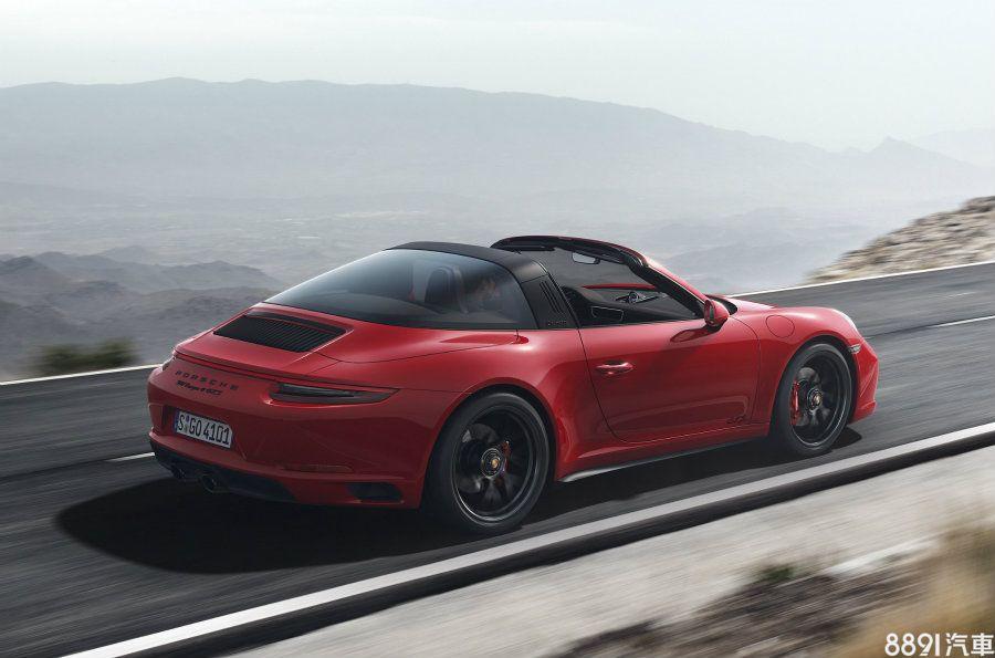 新一代911 Targa 4 GTS維持獨特的敞篷機械架構,外觀則比照其餘車型,橫貫車尾並連結兩側燻黑尾燈組的LED光條為四驅車型專屬。