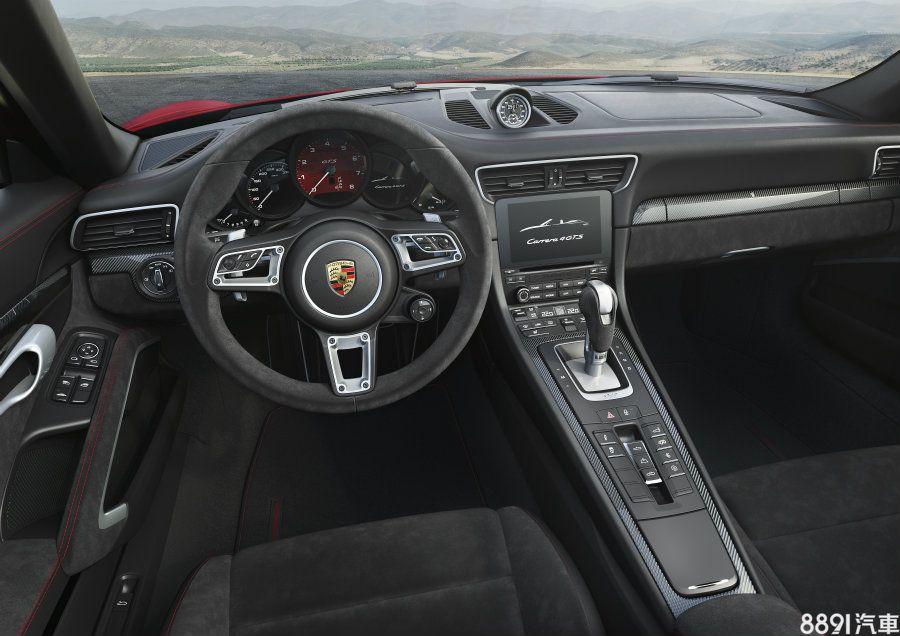車室亦沿用新世代911 Carrera的格局,但以碳纖維飾板與麂皮鋪陳出更濃厚的性能味,中控台上方的跑車計時套件的精確性獲得進一步強化,其功能包含自動記錄,並可由智慧型手機上看到經過分析的各項駕駛數據。