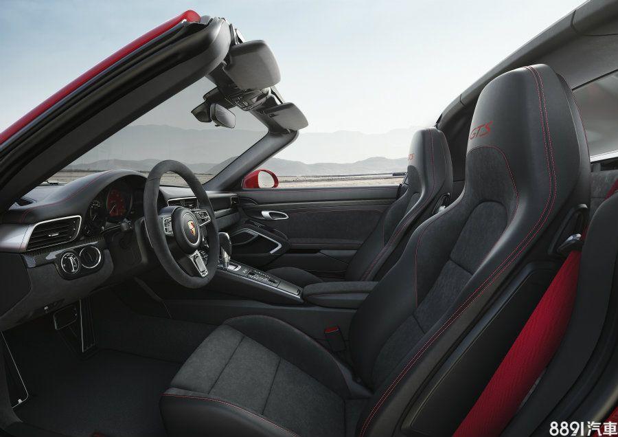前後座椅皆以黑色真皮與麂皮混搭,前座的跑車化座椅頭枕上有著GTS專屬字樣,並提供4向電動調整功能。