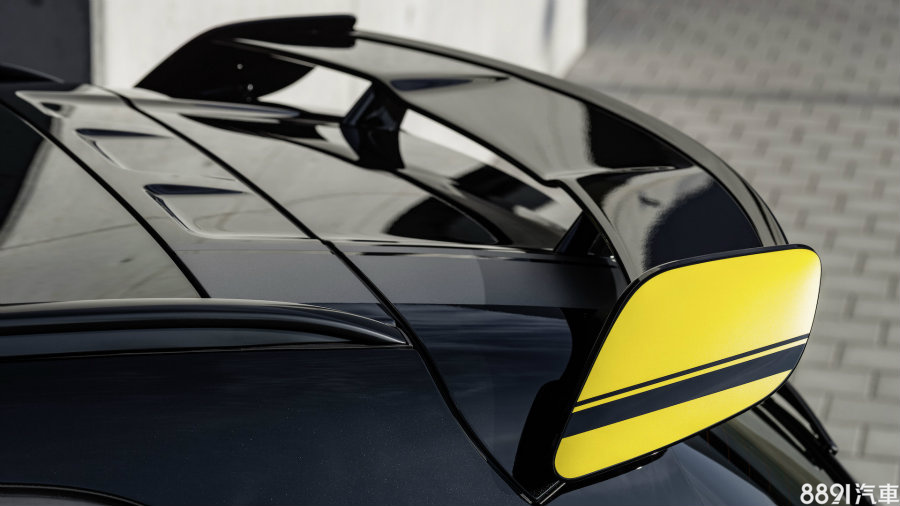 設置於尾門上方的尾翼絕對是車尾重點,加上兩側亮黃塗裝,兼顧空氣力學效益與吸睛度。