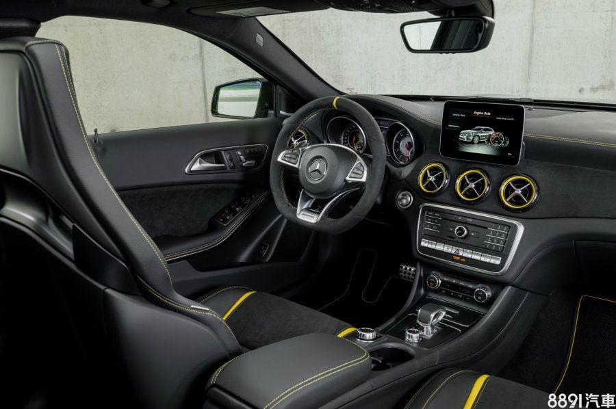 車室沿用GLA 45車型佈局,但將紅色元素改為呼應外觀的亮黃色,並在座椅、中控飾板加入更多的麂皮材質。