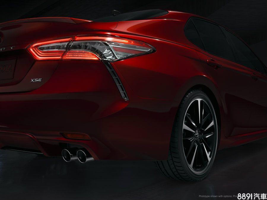 頂規的XSE車型搭載19吋多幅式雙色鋁圈,與其身型相得益彰,並增添不少氣勢。