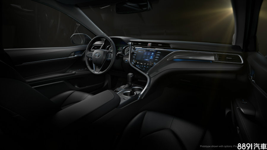 大改款Camry車室變得更年輕化,也更有科技感,運動化版本車型配置類碳纖維中控飾板強化其競技氛圍。