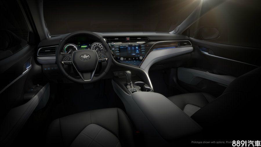 Hybrid版本除了儀錶顯示項目不同,以綠色光源凸顯環保的視覺印象,並採用木紋飾板。