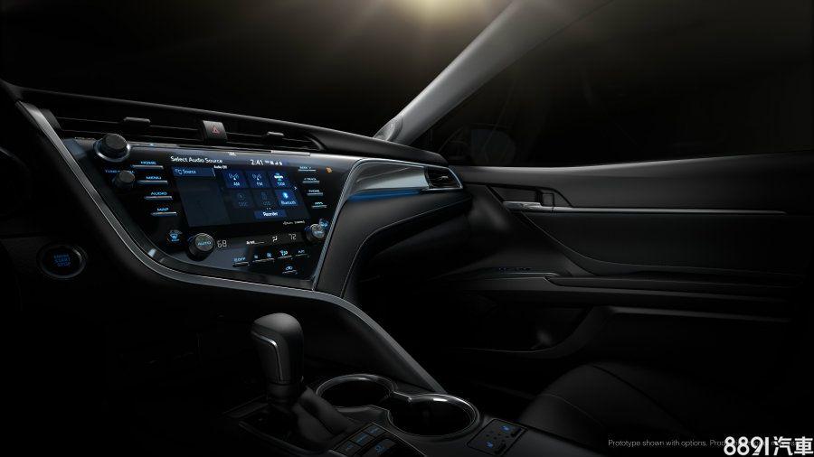 中控台上方的8吋觸控式多功能顯示幕,導入Entune 3.0多媒體系統,整合娛樂、導航、手機連結、WIFI分享等功能,並搭載HMI人機界面,兼具便利性與科技感。