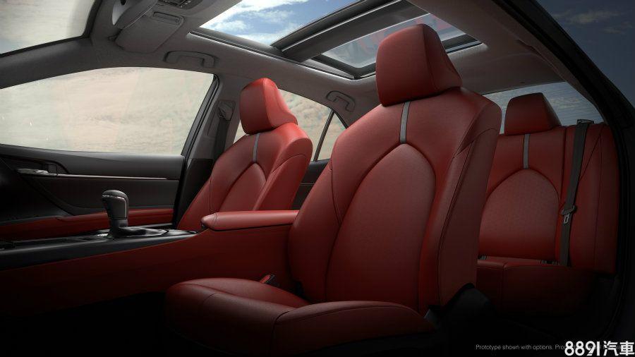 全新設計的人體工學座椅能提供頗具舒適性的乘坐感受,而高階車款標配的全景電動天窗則對車內視野、開闊性有所助益。
