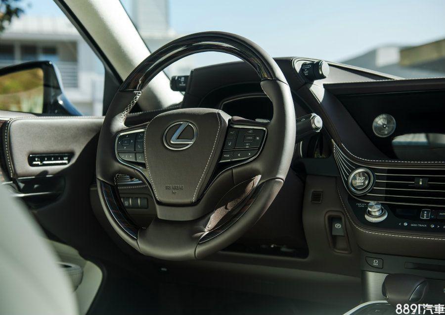 真皮多功能方向盤可藉由按鍵來操作DRCC智慧定速跟車、LDA車道偏移開啟等系統。電子手剎車也配置在方向盤後方附近,可帶來直接操作的手感。