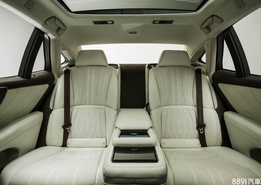 後方座椅可選配來獲得冷熱通風與按摩功能,且具備影音娛樂功能,而座椅可進行多種角度調整,右後座椅背可向後傾斜達48度,也可向前傾斜至24度,利於乘客上下車。