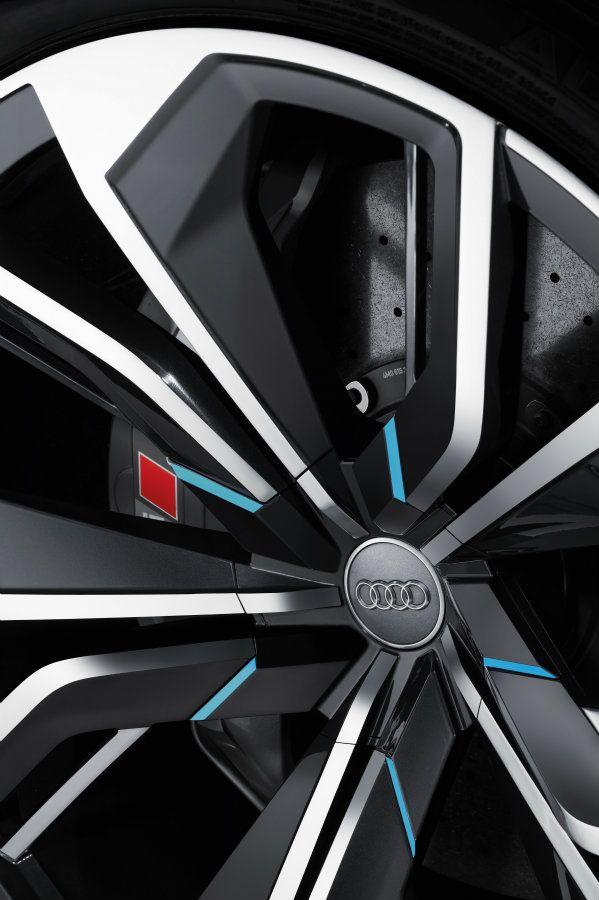 搭配20吋雙色鋁圈,上面並有呼應概念車車色的藍色塗裝點綴,與其長達五米的身型相得益彰,配胎尺寸則為305/35R20,並搭載直徑為508mm的陶瓷打孔碟盤。