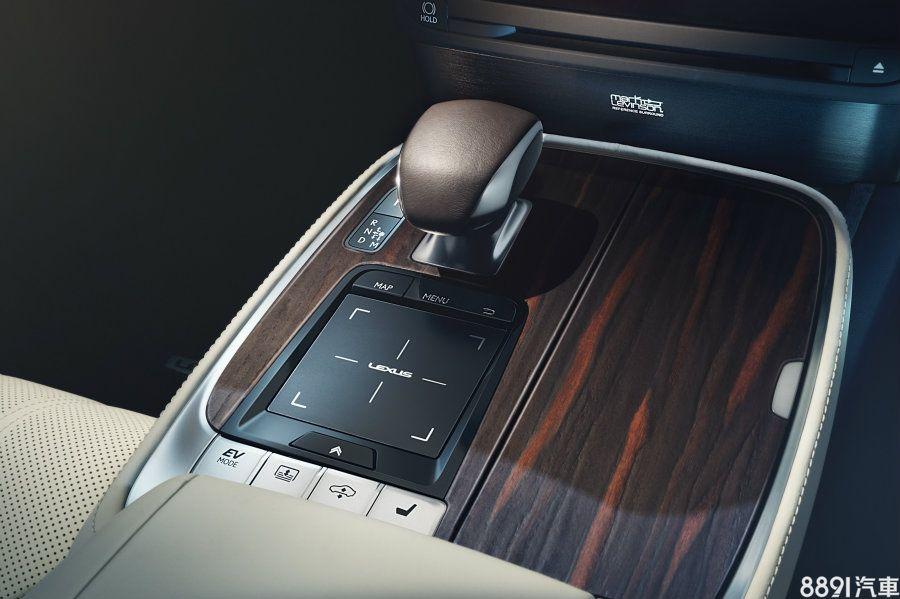 LS配置10速手自排變速箱,此變速箱當時也首度搭在LC 500車型上,藉由廣域且綿密的齒比設定,在各種駕馭狀況都能提供最佳檔位,來提供最好的行路品質給全體乘客。