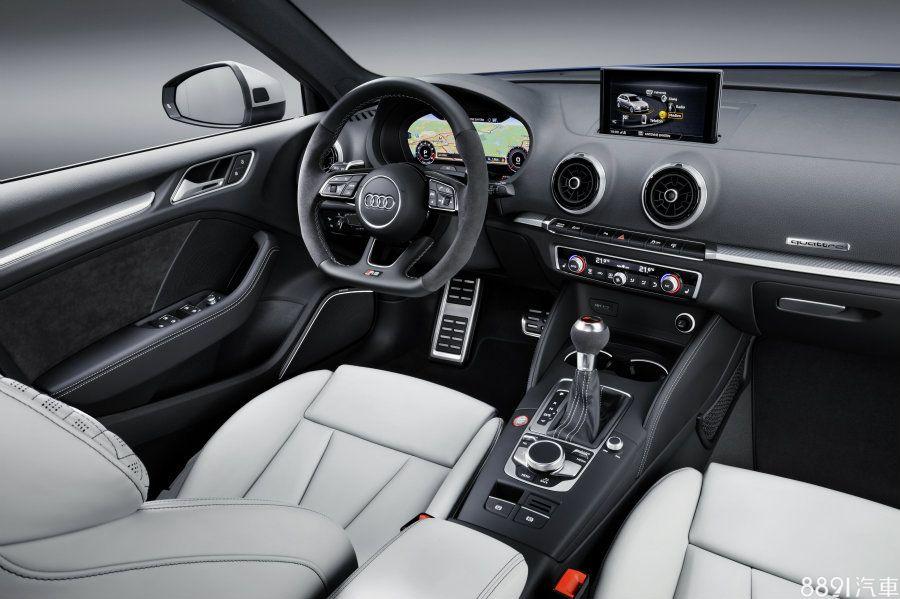 車室一如品牌擅長的簡約而富科技感,在三輻式多功能平底方向盤下方、排檔頭均有RS3的專屬銘牌,並以麂皮與碳纖維飾板強化其性能氣息。