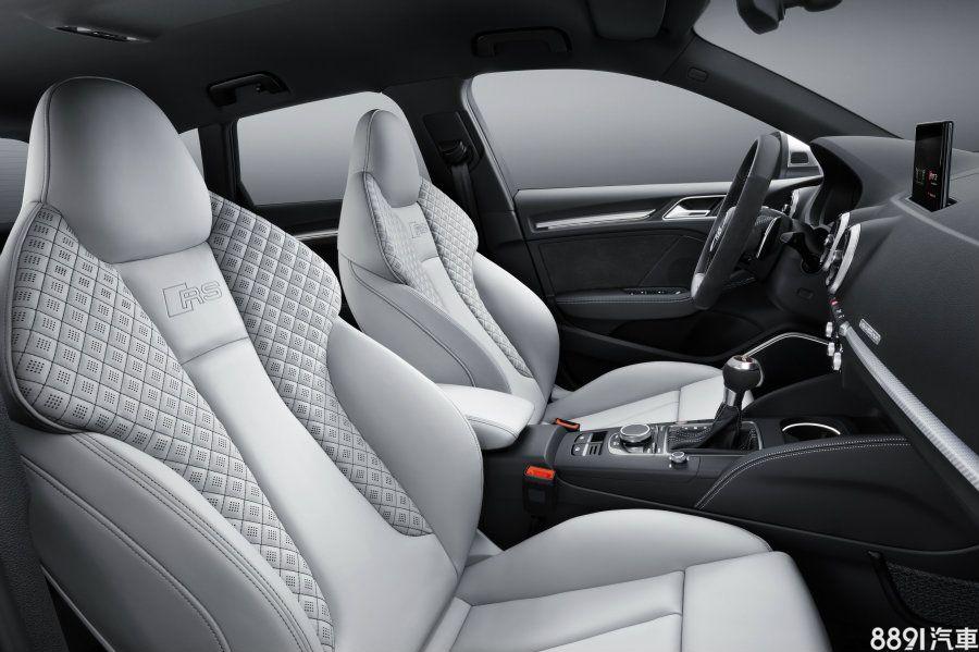 配置專屬RS賽車座椅,在椅背二側施以菱格車縫線,此種配色雖少了幾分呼應外觀與車室的性能味,卻增添更多質感。
