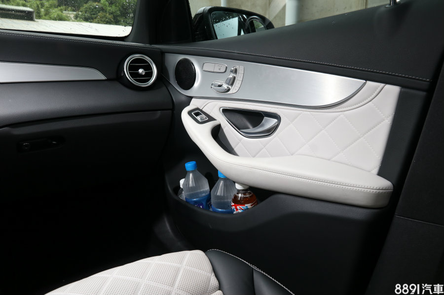車門下方的置物格空間更出乎我們意料的大,置入3到4瓶礦泉水也沒問題,滿座出遊時,無需擔心飲料或雜物沒地方放。