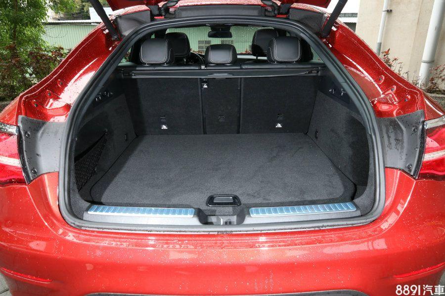 同樣因跑格外型受到影響的還有行李廂空間,在後座立起的狀態下,提供500L的行李廂容積表現,卻遜於GLC的550L,但內部空間算方正且十分平整,且尾門門檻與行李箱底板高低差極小,在收放物品上能較省力。
