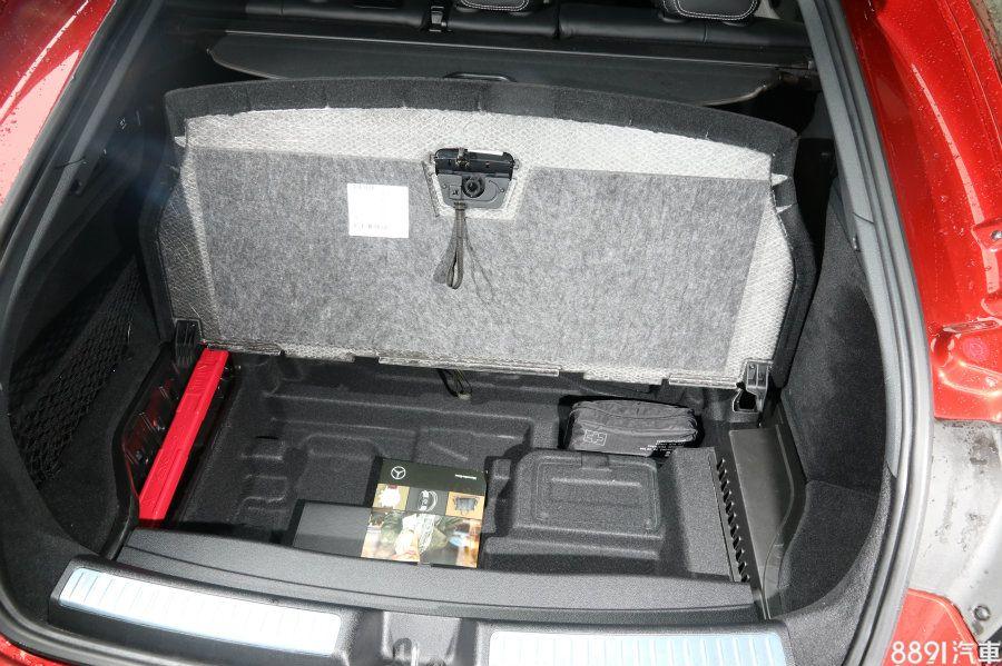 行李廂底板掀起無傳統備胎配置,可用來放置一些不好固定的小型物件。