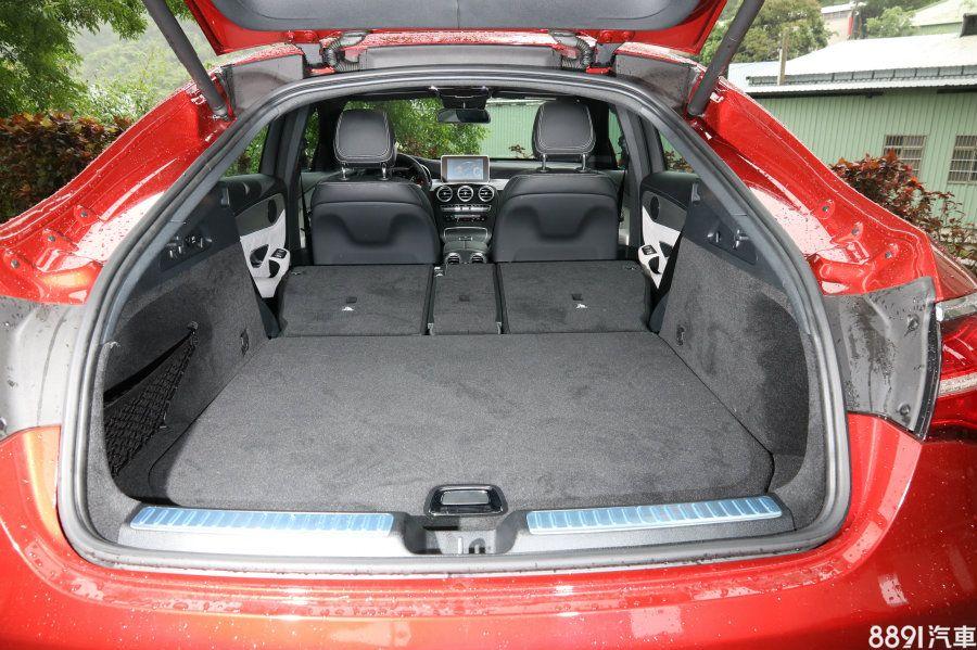 行李廂左側有快速傾倒椅背的按鍵,藉由後座4/2/4分離傾倒功能,提升載物空間的變化性,行李廂容積也可擴增至1400L,並同樣有極高的平整度。
