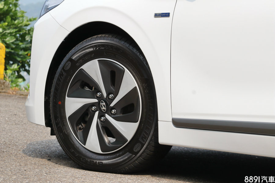 雖然IONIQ強調駕駛樂趣,但在操控第一防線的輪胎配置上,採用的是米其林節能胎Energy Saver,規格195/65R15,擅長低滾動阻力,抓地力非強項。