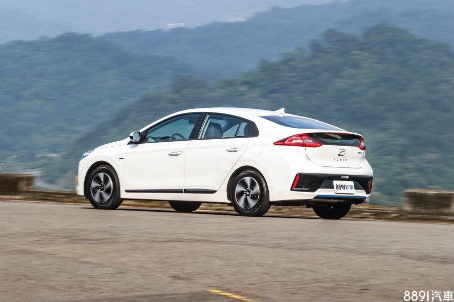 在一般低速狀態下,IONIQ馬達行駛的時機較少,例如綠燈起步,引擎比起Prius更容易點燃,這樣的特性,也多少會造成行車特性、省油效率的差別。