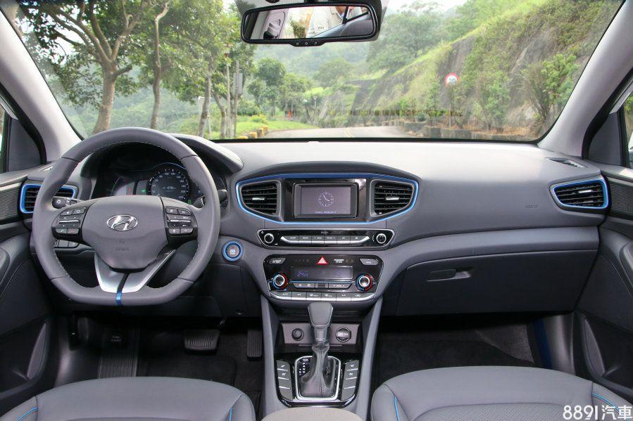 IONIQ的車室設計較為中規中矩,不過也明顯看出,在多處用上藍色線條修飾,多了點身為Hybrid的特殊意義,平底式三幅方向盤的造型頗有性能氣息,握感也出色,此部分而言是勝過Prius的。