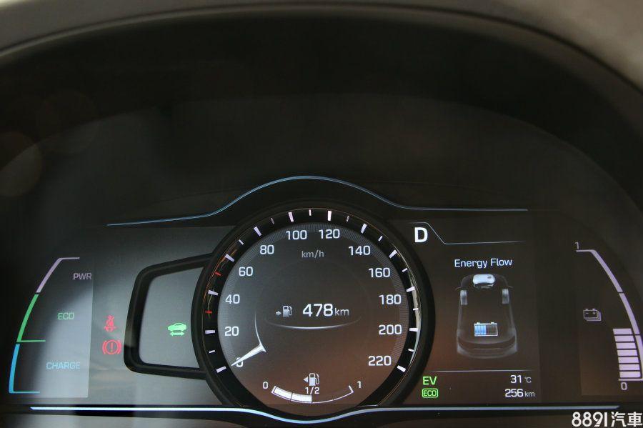 7吋數位儀錶可依駕駛模式切換,若是排入S檔則會改以紅色轉速表呈現,並將Hybrid電池管理狀態與旅程電腦結合呈現,不過沒有中文顯示,同時在行車資訊切換選擇部分,豐富性是少於對手的。