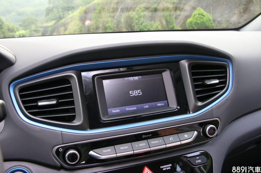 5吋螢幕的音響系統,除了尺寸比Prius小之外,也缺少導航、DVD等功能,這部分確實是明顯不比Prius,還好仍有倒車顯影,保有一定的行車便利性。