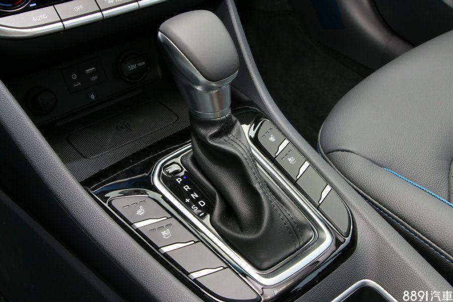 雙前座通風/加熱座椅按鍵排列在排檔座旁,通風功能對於國內氣候而言,有極高的實用性,這是Prius所缺乏的,同時按鍵位置也相當就手。