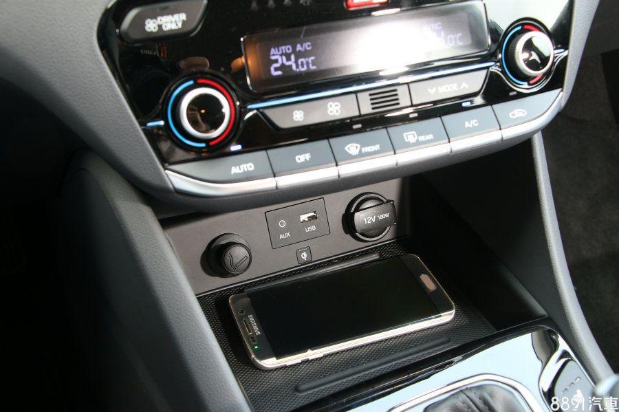 手機無線充電版也是IONIQ獨有配備,感應範圍與充電的作動反應都算迅速,前方則還有外部音源輸入插入孔。
