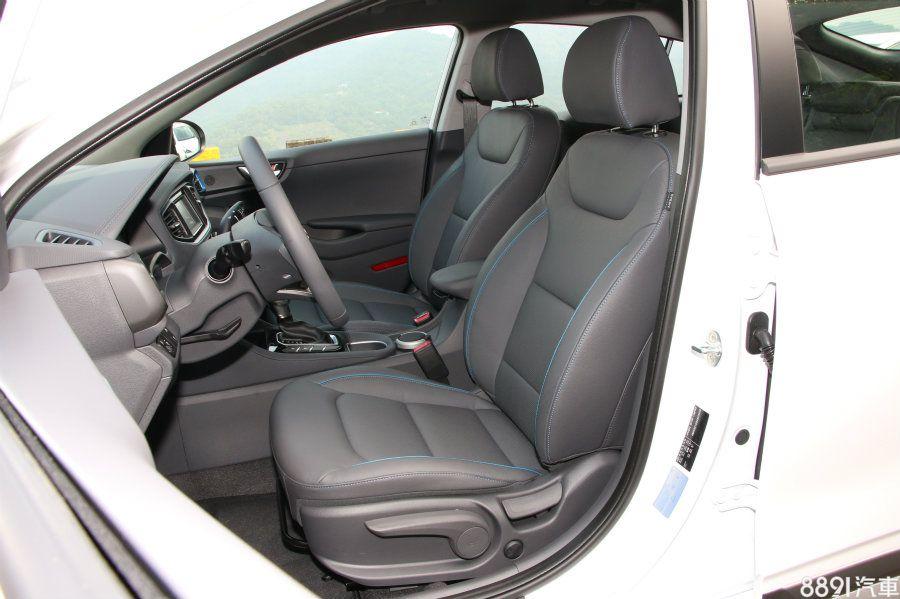 IONIQ前座的座高略高一點,支撐性也較佳,此外,同樣也有藍色修飾線條,而座椅機能性兩者皆為手動調整與電動腰靠、皮革材質。
