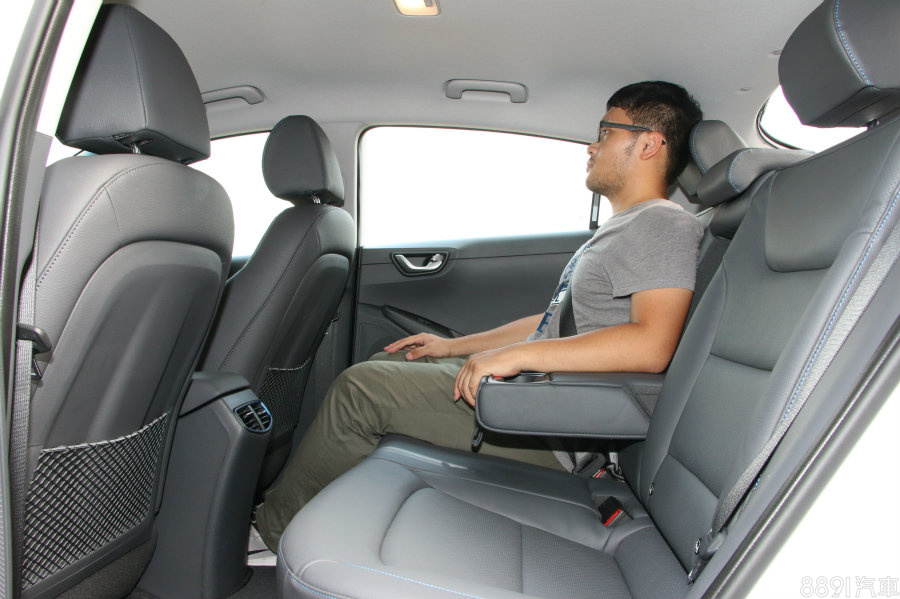 IONIQ後座部分的膝部與頭部空間都比Prius略差一點,尤其頭部最為明顯,不過就機能性上,多了Prius所沒有的後座出風口。