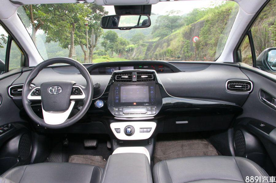 中置儀錶板是歷代Prius的內裝特色之一,排檔設計在空調下方,而非一般傳統位置,整體而言,帶有明顯的科技氛圍,頗符合油電先驅的身分。
