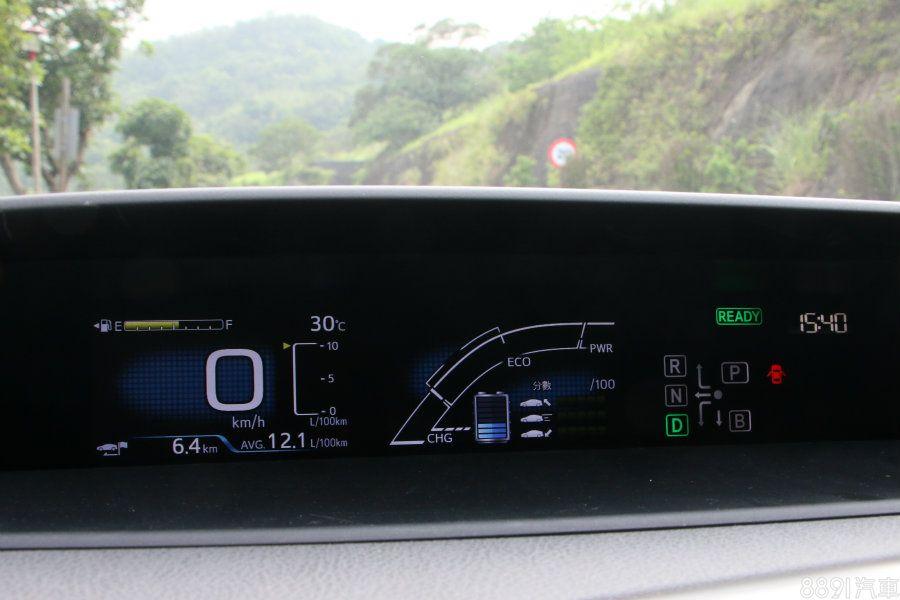 4.2吋的MID顯示幕,除了基本車速資訊,也可得知ECO行駛分數或動力能源狀況,且可選擇多樣的顯示畫面,再一旁則是檔位顯示。