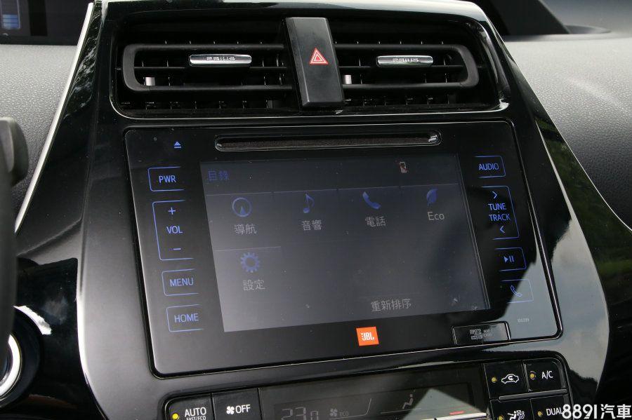 7吋的影音介面相對高階許多,還能整合導航系統與DVD,加上JBL音響的十具揚聲器數量,在影音方面Prius較為優勢。