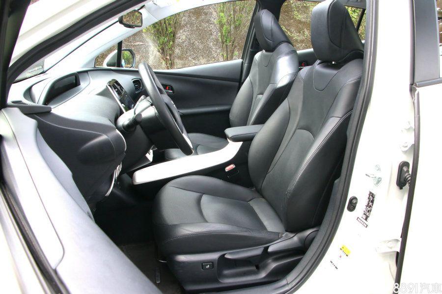 Prius的發泡棉設定比起IONIQ偏軟一點點,並且僅具電熱功能,開關位在排檔座下方,位置稍嫌阻礙。