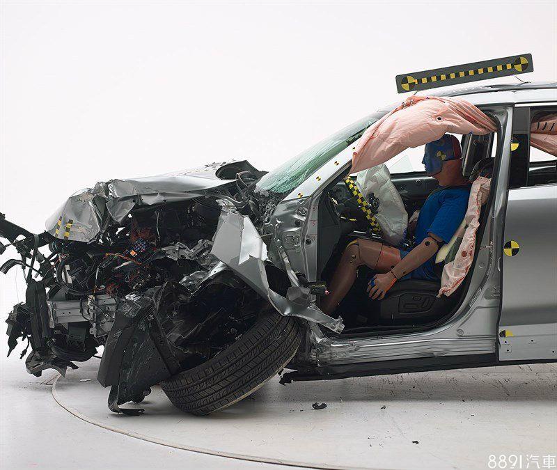 在40%前方偏位撞擊測試時,駕駛仍可保有適當的生存空間,並未隨車體受到太嚴重的擠壓。