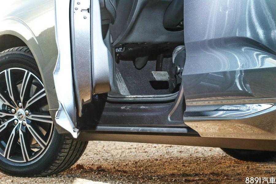 全包式車門除了方便上下車之外,也可避免下車時,門檻上的塵土弄髒褲管。